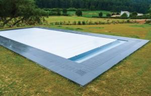 livraison piscine coque polyester dans jardin