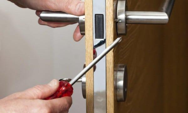 Comment r parer une porte blog decoration maison - Reparer une porte d entree en bois ...
