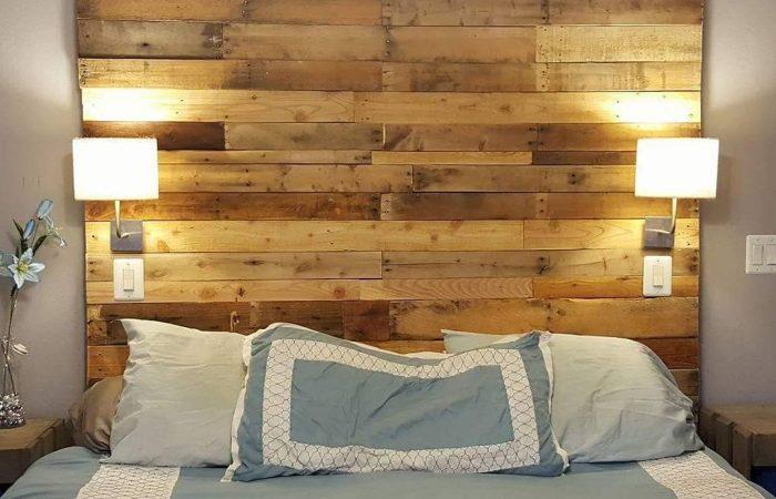 fabriquer-une-tete-de-lit-en-palette-murs-taupe-lampe-blanche-couverture-de-lit-turquoise-vase-fleurs-artificielles